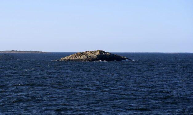 Ensam klippa i havet