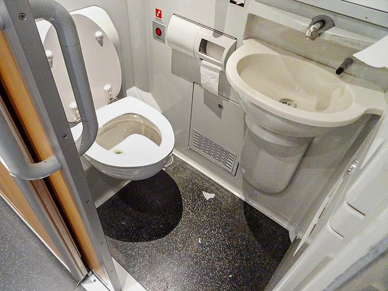 Bild på toalett på ett av SJs tåg som anses framkalla klaustrofobi.