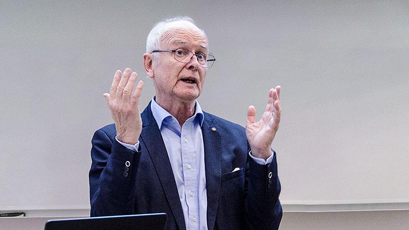 Bild på Bengt Olsen, ordförande i Hjärnkoll Uppsala län, informerar om föreningens verksamhet. Foto: Tua Lilja