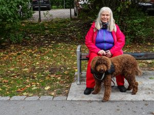 Maria och Itsy vilar sig på en parkbänk i centrala Uppsala.