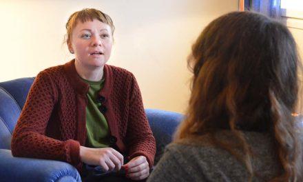 Unga kvinnor som utsatts för våld behöver mer stöd